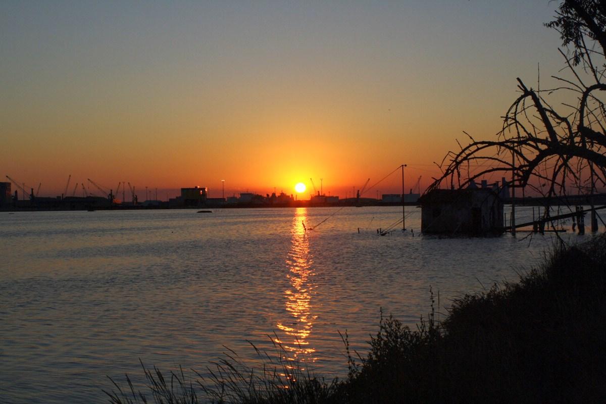 tramonto su zona industriale